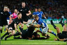 Comment est le ballon avec lequel on joue au rugby ?