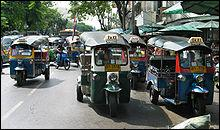 Quel est le moyen de transport original très souvent utilisé dans les villes thaïlandaises ?