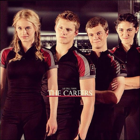 """Lorsque les """"carrière"""" surveillaient Katniss qu'a-t-elle fait pour qu'ils partent ?"""