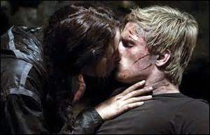 Peeta ne veut pas que Katniss parte au buffet ; comment Katniss fait-elle pour y aller ?