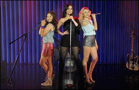 Avec Ámbar et Luna, Sofia Carson chante :