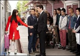 Pourquoi Finn laisse-t-il Rachel à la gare pour qu'elle parte à New York ?