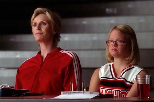 Qui a intégré le Glee club pour espionner son copain, mais aussi rapporter tout ce qu'ils faisaient à Sue Silvester ?