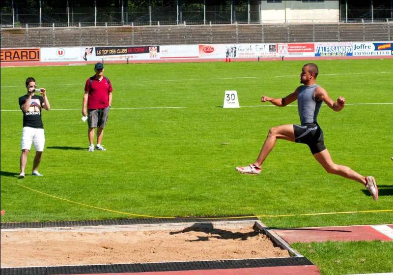 Lors du saut en longueur, lorsqu'un athlète dépasse la ligne blanche, que dit-on ?