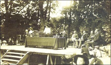 À la fin de l'année scolaire, la cérémonie de la remise des prix était un grand évènement où les premiers méritants recevaient...