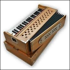On nous enseignait aussi le chant. L'instituteur, pour dispenser ses leçons s'accompagnait d'un instrument qui était :