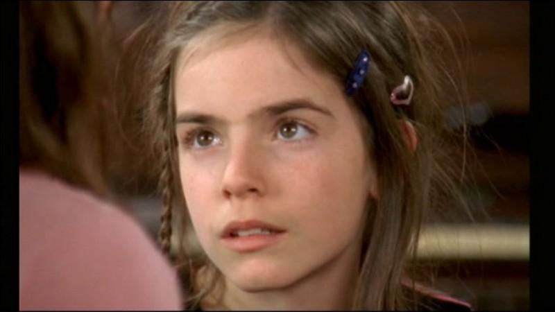 En montant les escaliers menant jusqu'à votre appartement, nous croisons une jeune fille ressemblant à s'y méprendre à Justine Blériot, jeune enfant de la série 'Famille d'accueil' ! Quel est le vrai nom de l'actrice interprétant Justine ?