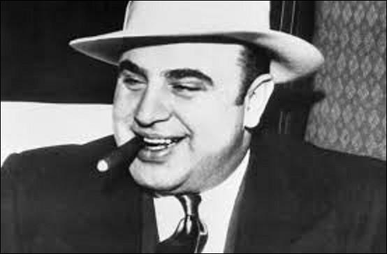 """Al Capone (1899-1947) est le plus célèbre des gangsters américains du XXe siècle. En 1931, il se fit coincer par l'agent spécial du fisc Franck J. Wilson et du juge James Herbert Wilkerson pour fraude fiscale. Il sera condamné pour cela à 17 années de prison dont 11 ans ferme. Il fut surnommé """"Scarface"""" . Que signifie ce mot ?"""