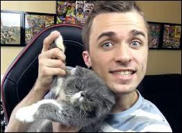 Comment s'appelle le chat du célèbre youtubeur Squeezie ?