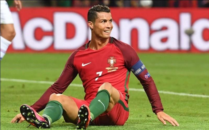 Donc, il joue avec Ronaldo.