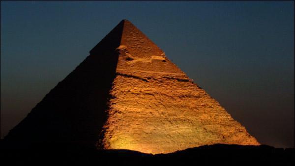 Comment nomme-t-on la partie de la pyramide qui est éclairée?