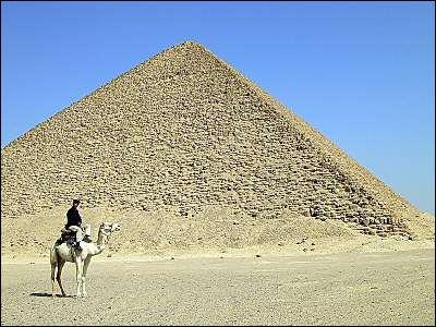 Quelle est la forme de la base de cette pyramide?