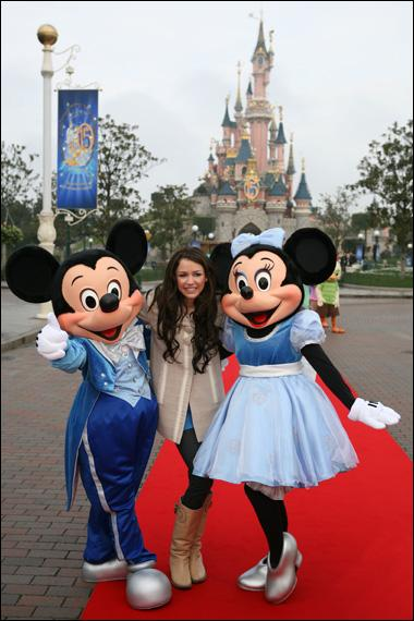 Miley est à Disney Land Paris pour :