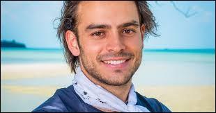 Un beau jeune homme qui s'isole avec Jesta dans l'eau ou sur des rochers au coucher du Soleil...