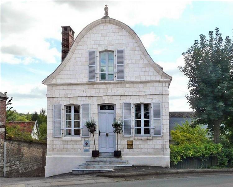 Géographie : À Saint-Riquier, une maison se distingue par une curiosité architecturale. Son pignon épouse la forme du bicorne de Napoléon Ier et il est surmonté de sa statue. Dans quel département est situé la commune de Saint-Riquier ?