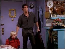 Celui qui aime les chemises saumon et les pantalons en cuir est?