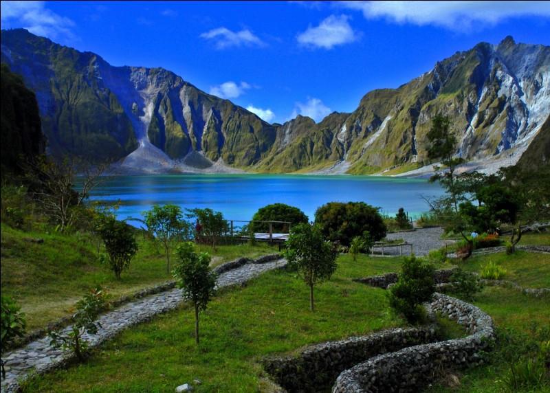 Dans quel pays d'Asie du Sud-Est se situent les volcans Pinatubo et Apo ?