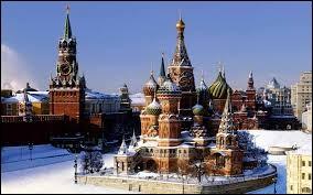De quelle couleur est la bande centrale du drapeau de la Russie ?