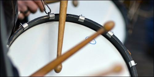 Avec quoi frappe-t-on un tambour ?