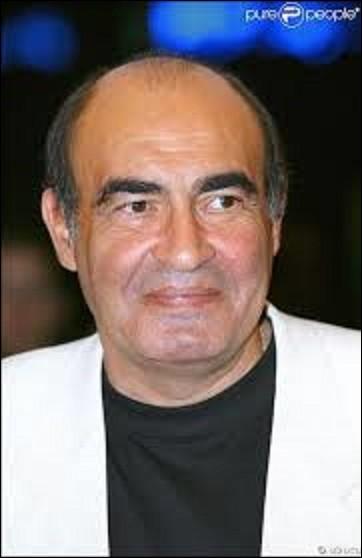 """Né en 1948, Philippe Khorsand est un acteur de cinéma, de théâtre et de télévision. Se faisant connaître dans la série """"Palace"""", en 1988, où il interprète le rôle du directeur, on le voit également dans des films comme """"Le Zèbre"""", en 1992. Décédé, le 29 juillet 2008, dans quelle pub, pour une assurance mutualiste, joue-t-il un client mécontent de 2005 à 2008, en disant """"Appelez-moi le directeur"""" ?"""