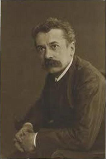Artiste d'Art nouveau et déco, maître verrier et bijoutier, René Lalique (1860-1945) s'est rendu célèbre par ses créations étonnantes de bijoux, de flacons de parfum, de vases, de chandeliers, d'horloges et à la fin de sa vie de bouchons de radiateur de voitures. Durant sa carrière, il réalisa aussi des œuvres monumentales comme la salle à manger des premières classes d'un paquebot, mais lequel ?