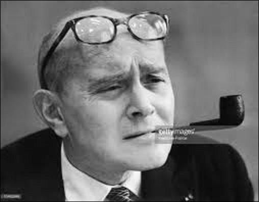 """Pierre Lazareff était un patron de presse, journaliste et producteur d'émissions de télévision. Né en 1907, il collabore comme journaliste dans divers journaux, avant de fuir à New York où on l'envoie à Londres durant la Seconde Guerre mondiale. De retour en France, à la Libération, il reprend le titre du journal clandestin de la résistance """"Défense de la France"""" et le rebaptise :"""