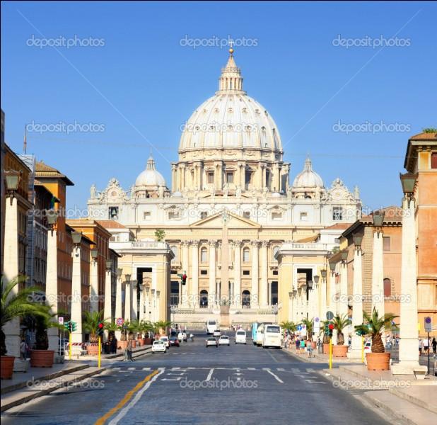 Dans quelle ville vit le pape ?