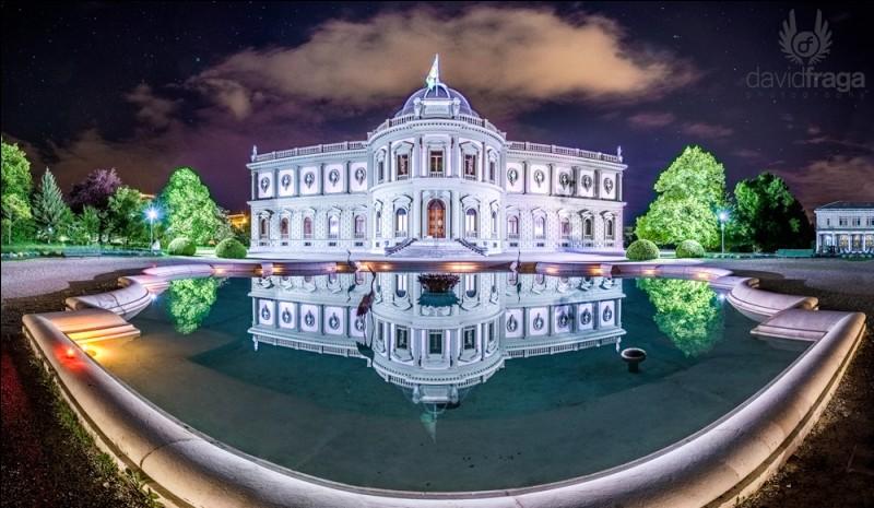 Qu'abrite le musée Ariana à Genève ?