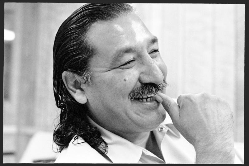 ''Leonard's Song'' a été écrite en hommage à un militant amérindien : Léonard Peltier. Quel personnage cité dans la chanson est mort à Fort Alamo ?