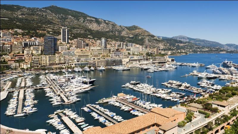 La principauté de Monaco est enclavée dans un département français. Lequel ?