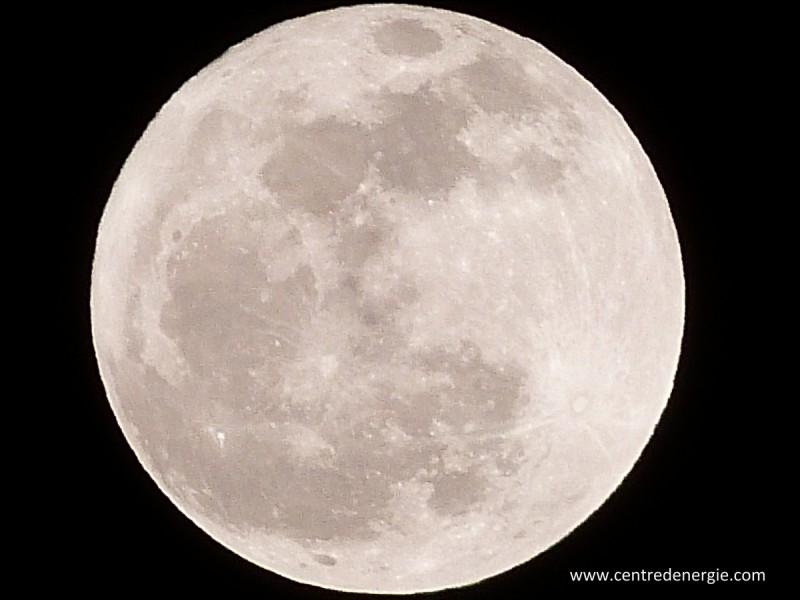 Comment appelle-t-on les trous dans la Lune ?