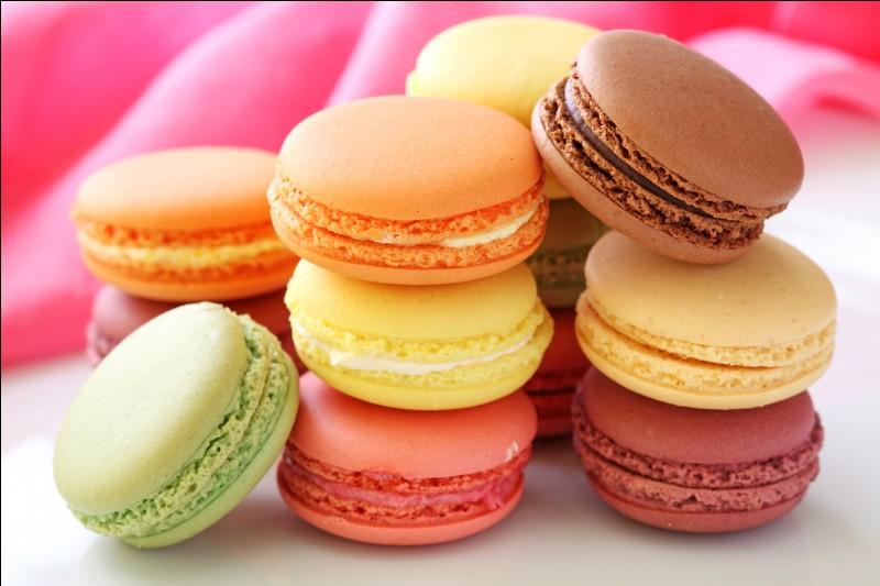 Ils sont ronds, ils sont bons et ils sont de toutes les couleurs. Ces pâtisseries à base de meringue sont des :