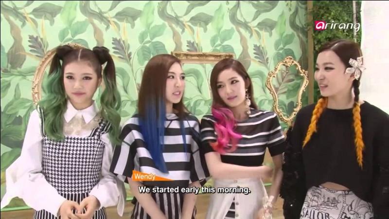 """Dans """"Happiness"""", de quelle couleur les cheveux de Seulgi sont-ils ?"""