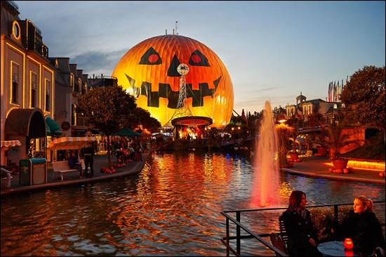 Plusieurs parcs sont décorés pour Halloween. D'ailleurs, quel parc voit-on sur cette image ?